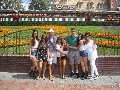 Ким Кардашиан с семьей в Диснейленде