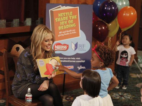 Сара Мишель Геллар почитала детям книги