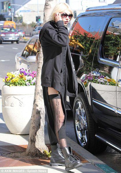 Во что одета Тэйлор Момсен?