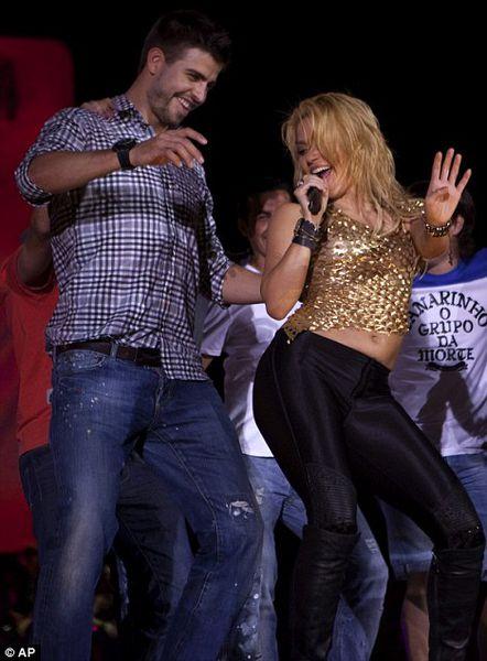 Шакира учит танцевать Жерара Пике