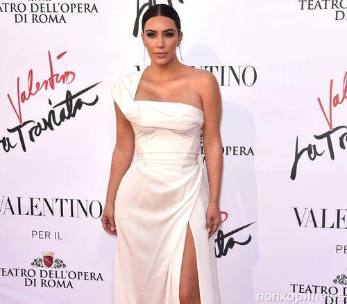 Ким Кардашьян показала поклонникам тест на беременность