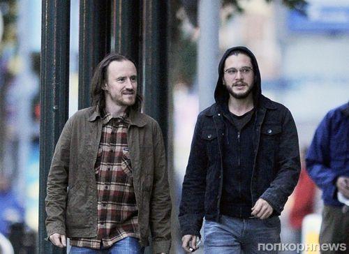 Кит Харингтон прогулялся по Белфасту в компании коллеги из «Игры престолов»