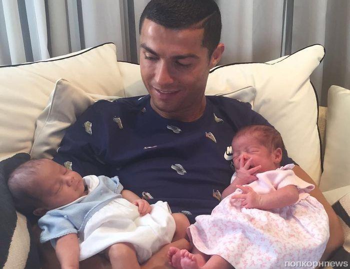 Криштиану Роналду показал новорожденных детей