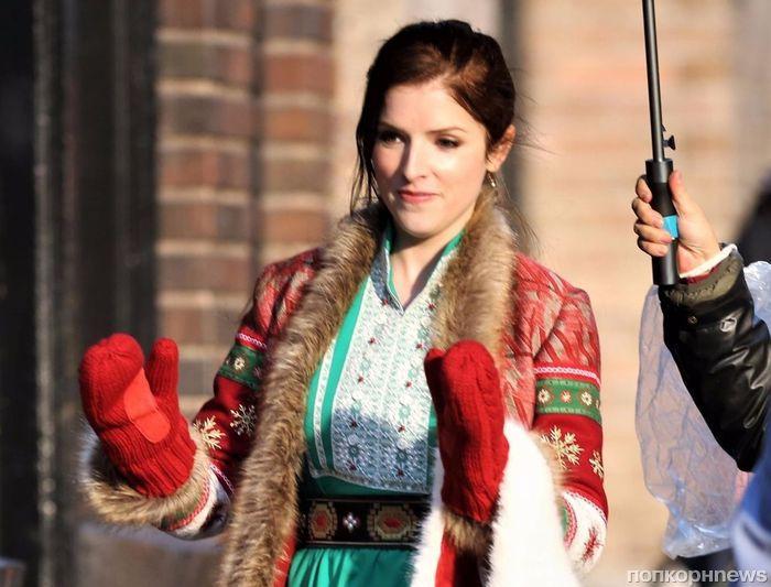 Фото: Анна Кендрик «исполняет обязанности» Санты на съемках своего нового фильма