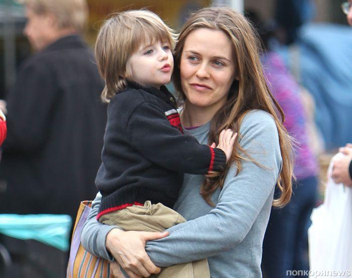 Алисия Сильверстоун кормит сына мисо-супом и не делает ему прививок