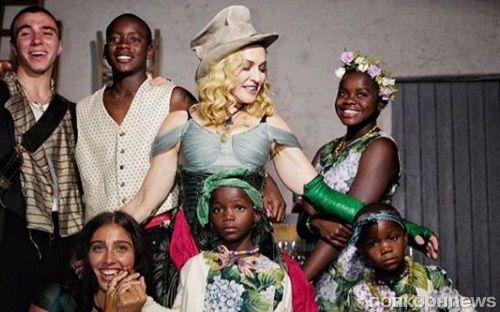 Мадонна поделилась редким фото всех шести детей