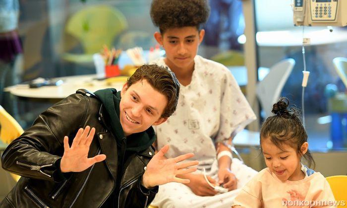 Том Холланд сделал подарки пациентам детской больницы в Лос-Анджелесе