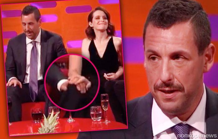 Адам Сэндлер вынужден публично оправдываться за то, что положил руку на колено Клэр Фой