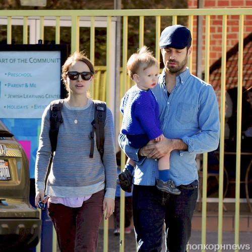 Натали портман и ее муж забирают сына