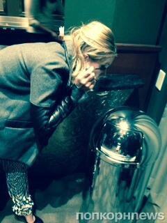 Кристен Белл приходится краситься с помощью урны
