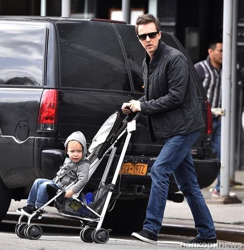 Эдвард Нортон на прогулке с сыном