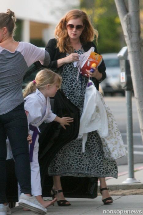 Эми Адамс с мужем отвели дочку Авиану на занятие карате