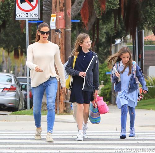 Дженнифер Гарнер встретила детей после школы