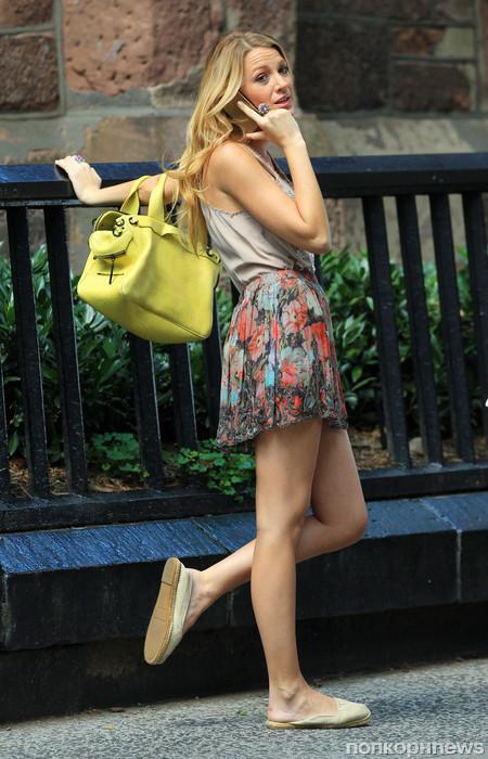 Самые красивые ножки девчонок, край чулка из под юбки