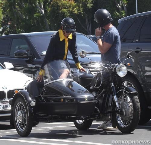 Сельма Блэр решила прокатиться на раритетном мотоцикле BMW