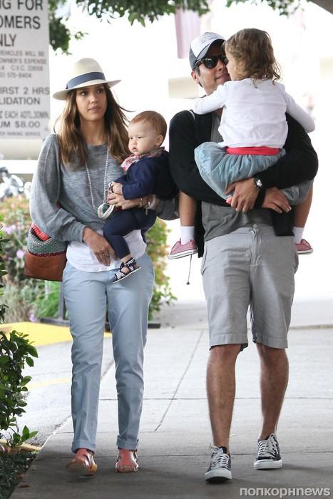 Джессика Альба и Кэш Уорен с детьми