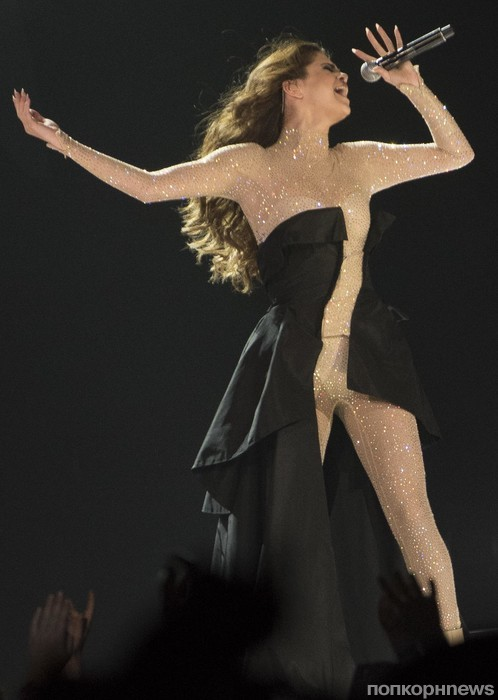 Селена Гомес на своем концерте в Калгари