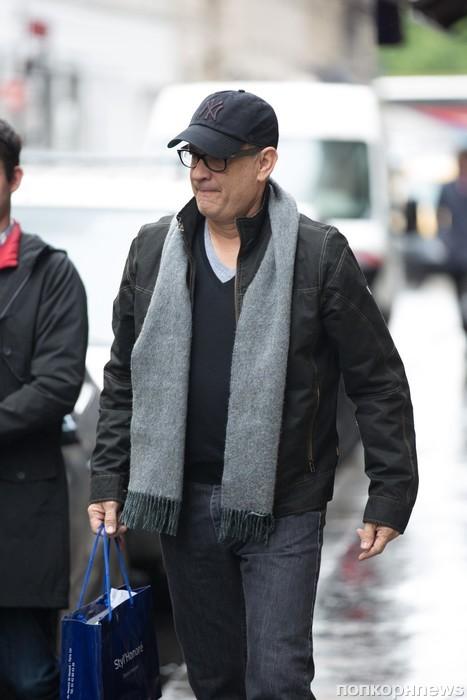 Том Хэнкс с женой покидает отель в Париже