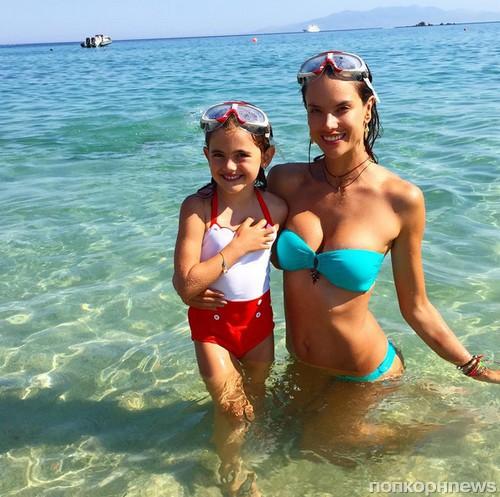 Алессандра Амбросио наслаждается семейным отдыхом в Греции