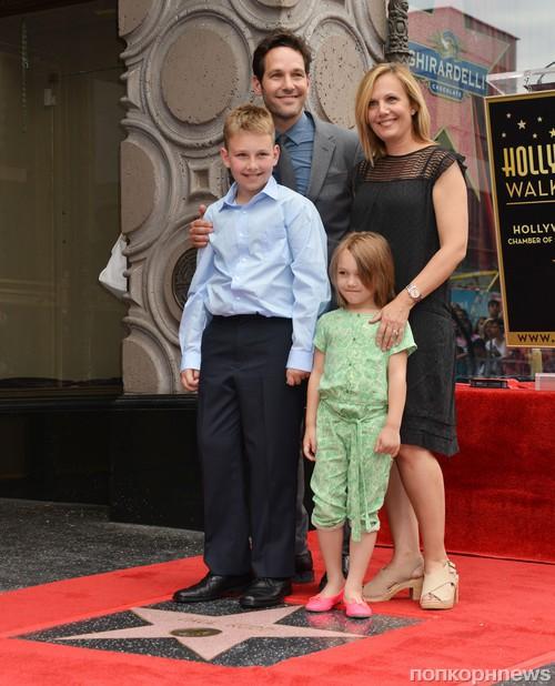 Пол Радд с женой и детьми