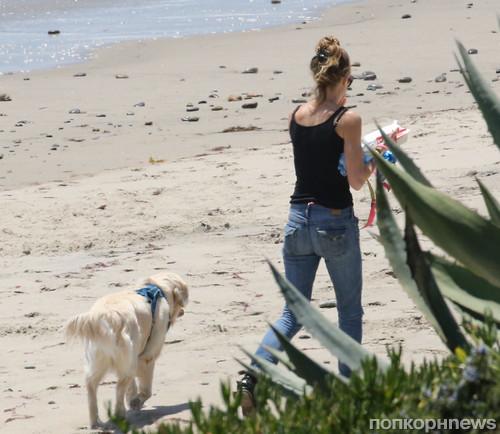 Дениз Ричардс на прогулке со своим четвероногим любимцем