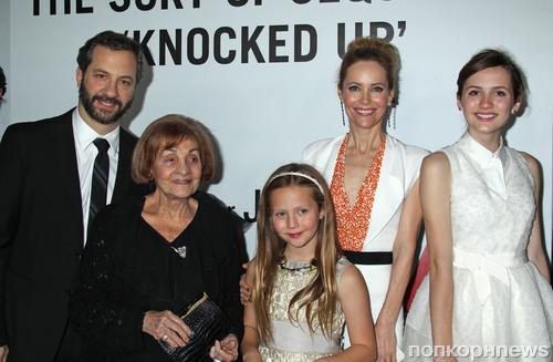 Лесли Манн и Джудд Апатоу с семьей