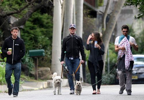 Поцелуи на прогулке: Крис Мартин со своей новой девушкой изоражения