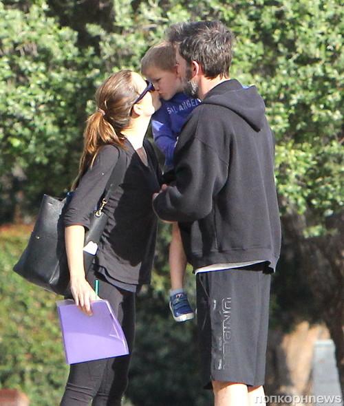 Бен Аффлек и Дженнифер Гарнер на прогулке с сыном