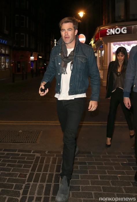 Крис Пайн покидает ресторан в Лондоне
