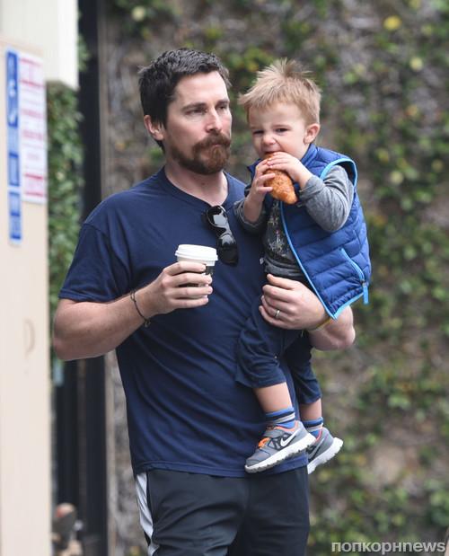 Кристиан Бэйл с сыном возвращаются с совместного завтрака