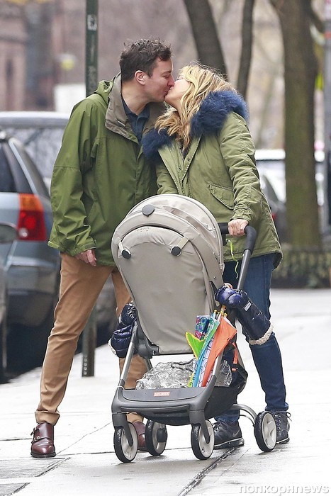 Джимми Фэллон на прогулке с женой и детьми