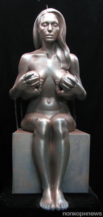 Анджелина Джоли, кормящая близнецов