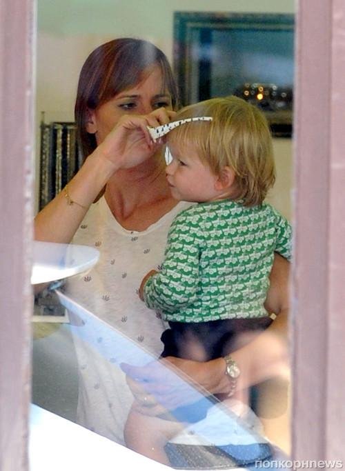 Дженнифер Гарнер с детьми в магазине оптики