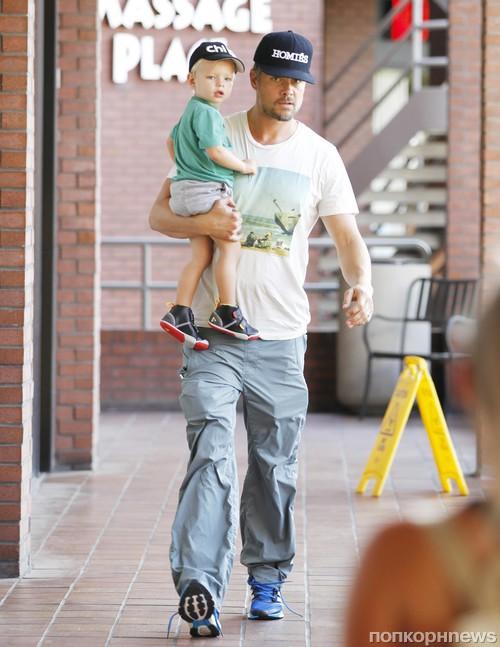 Джош Дюамель с сыном направляется в спортзал