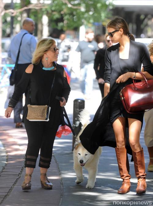 Ирина Шейк прогуливается по Нью-Йорку с мамой Брэдли Купера