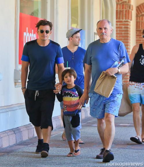 Орландо Блум в Малибу на прогулке с отцом и сыном