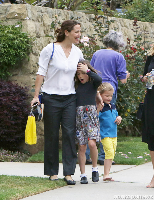 Дженнифер Гарнер в отличном настроении на прогулке с подругой и детьми