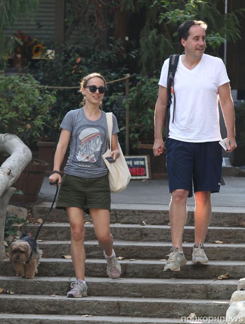 Натали Портман гуляет с другом и четвероногим любимцем