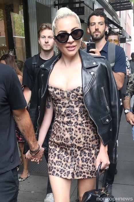 Леди Гага с женихом Кристианом Карино гуляют по Нью-Йорку