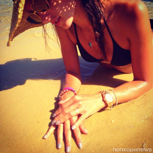 Алессандра Амбросио тоже наслаждается солнцем и морем