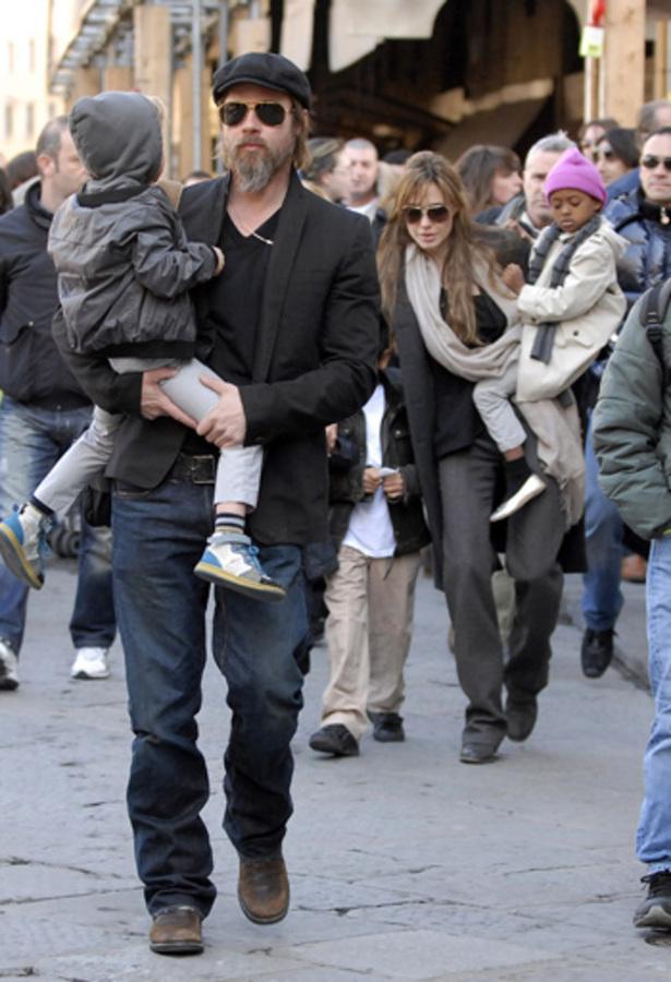 Анджелина Джоли и Брэд Питт гуляют с детьми по Флоренции