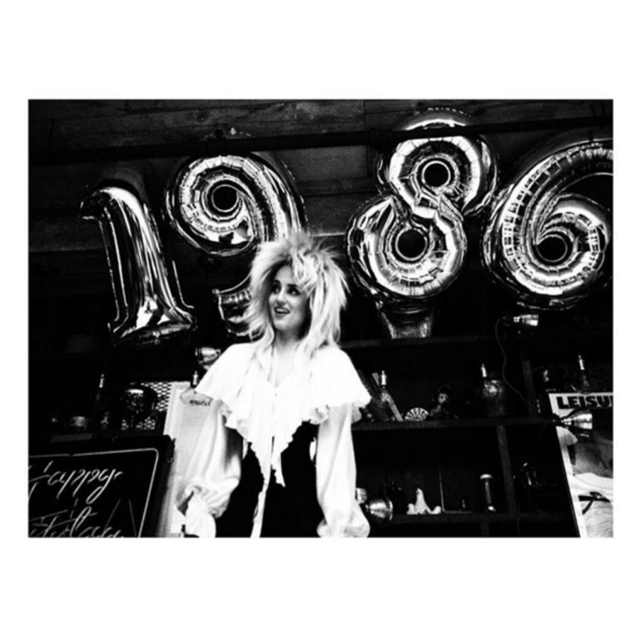 Диана Агрон отметила день рождения в образе Дэвида Боуи