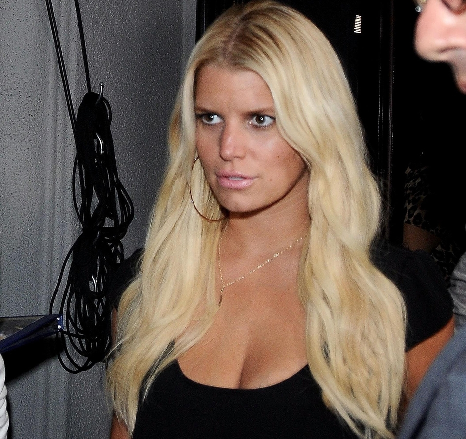 Джессика Симпсон оказалась под домашним арестом из-за проблем с алкоголем