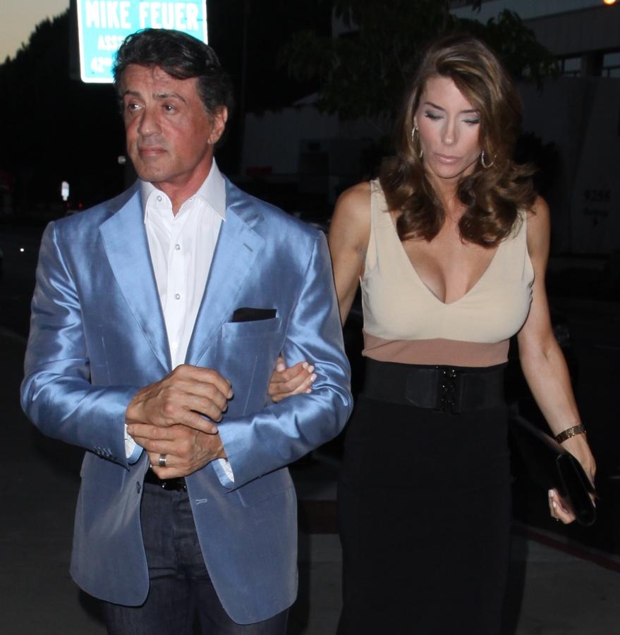 Сильвестр Сталлоне с женой по дороге в ресторан