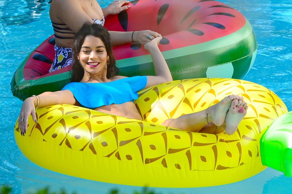 Ванесса Хадженс отдыхает с друзьями в Майами