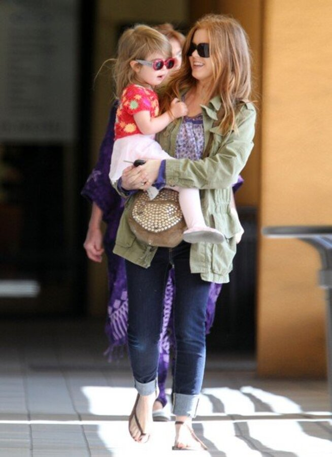 Айла Фишер и ее дочь Олив на прогулке