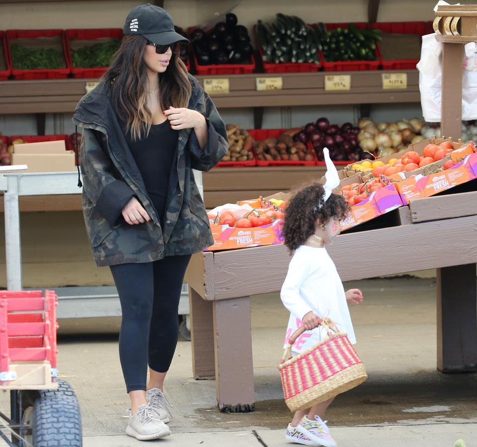 Ким Кардашьян с дочерью и племянницей на пасхальной ярмарке