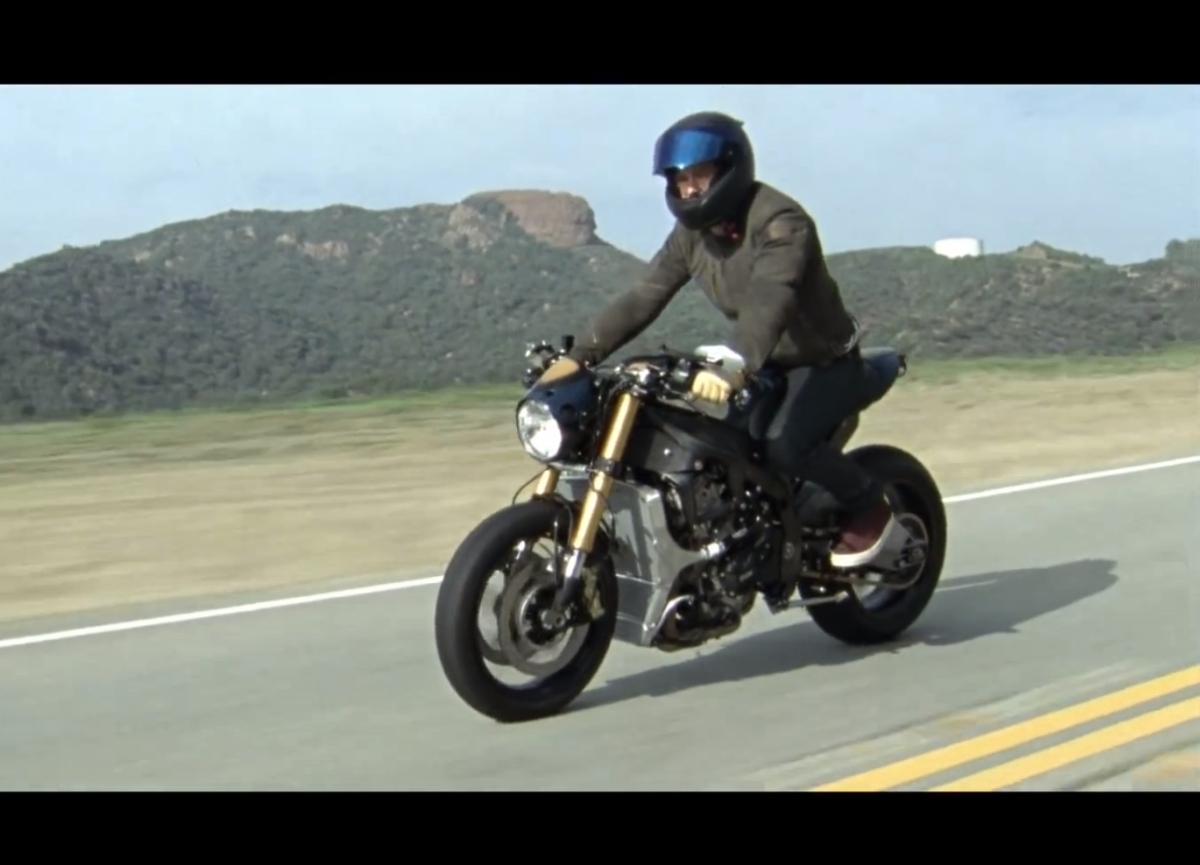 Орландо Блум показал свой эксклюзивный мотоцикл