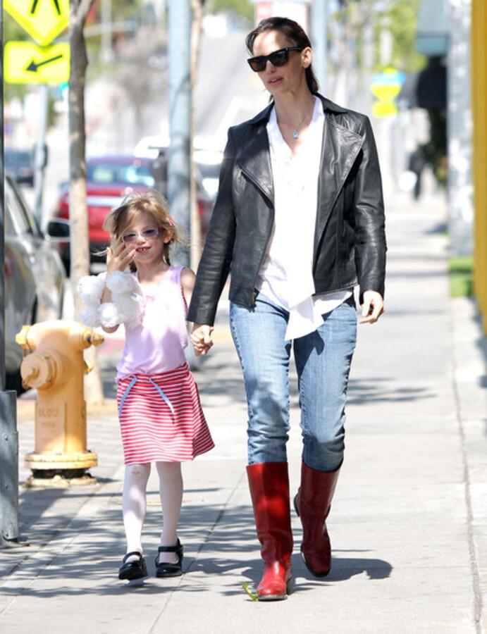 Дженнифер Гарнер с дочерью Вайолет в Санта-Монике