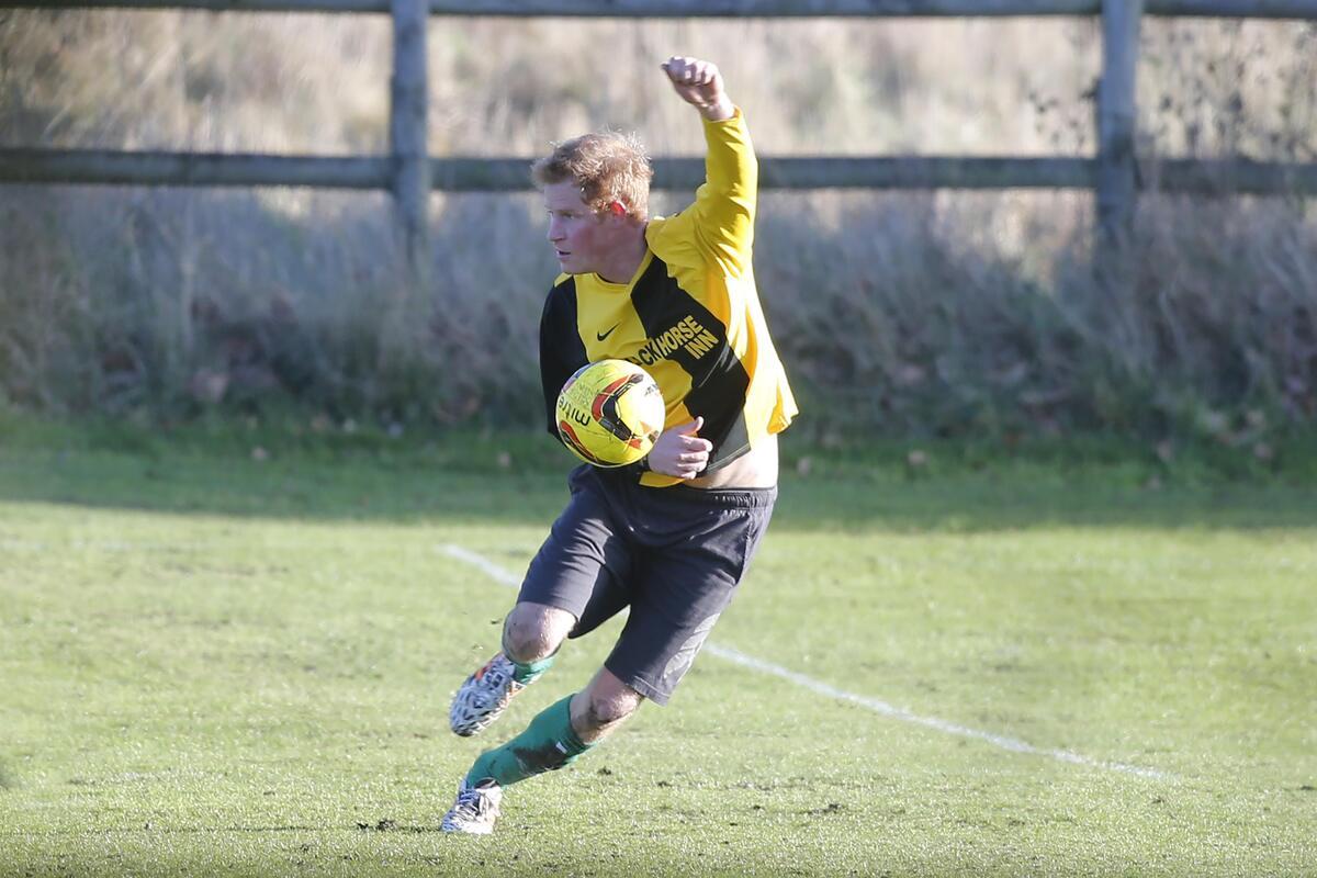 Принц Гарри играет в футбол в Норфолке